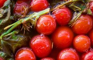 Чем же вредны соленые помидоры{q}